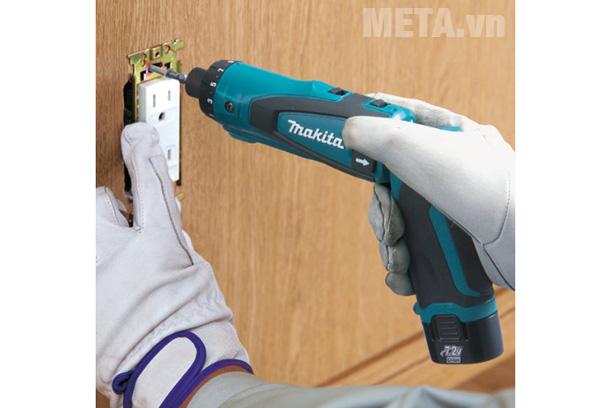 Máy khoan vặn vít chạy pin có đường kính khoan gỗ 6mm