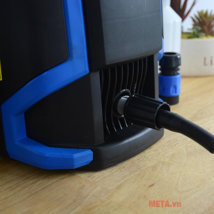 Kết nối dây phun với máy rửa xe
