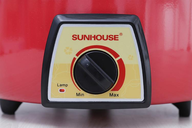 Nồi điện đa năng được thiết kế các núm vặn giúp bạn dễ dàng điều chỉnh.