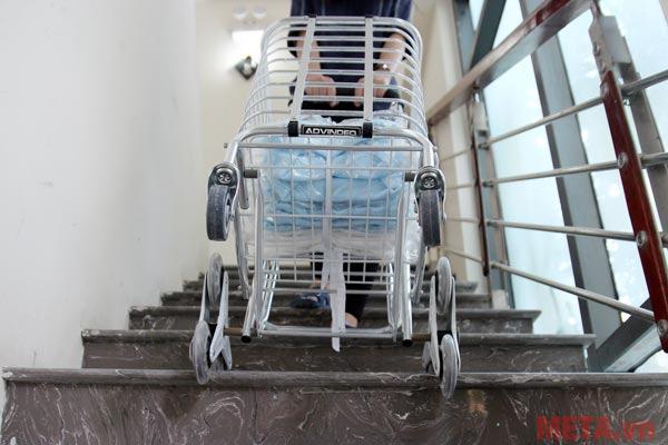 Với 8 bánh xe bạn có thể để xe leo cầu thang