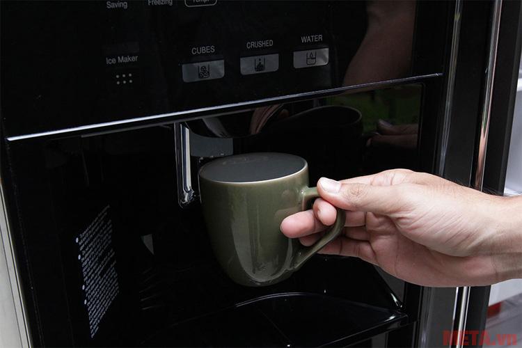 Người dùng dễ dàng lấy nước từ phía ngoài