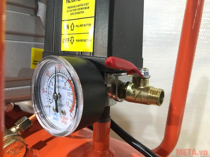 Máy có đồng hồ hiển thị áp suất làm việc