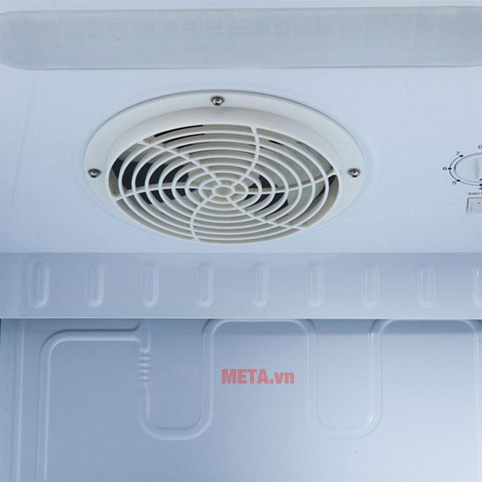 Tủ được trang bị quạt giúp hơi lạnh lan tỏa đều