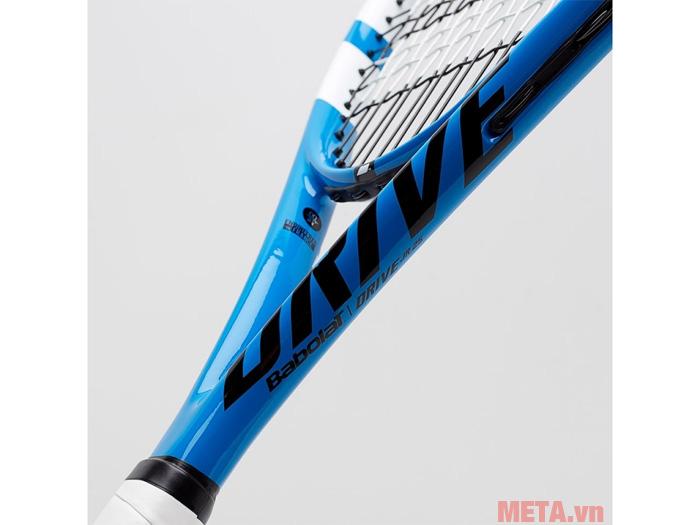 Cán vợt dài cho lực bóng ổn định