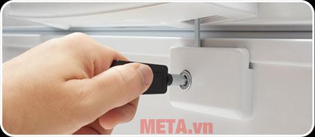 Tủ cũng được trang bị khóa an toàn giúp an toàn khi sử dụng.
