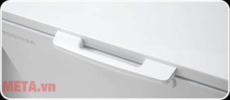 Tay nắm cửa giúp dễ dàng đóng mở tủ.