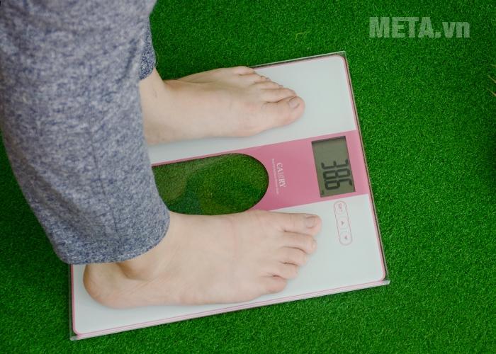 Cân điện tử Camry EF971-S36 giúp đo cân nặng và chỉ số cơ thể