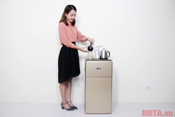 Hình ảnh sử dụng cây nước nóng lạnh có bàn pha cà phê FujiE WD3000E