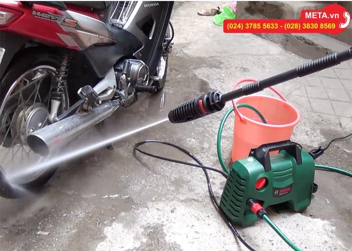 Hình ảnh test nước thực tế máy rửa xe Bosch Easy Aquatak 110