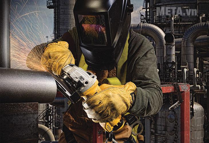 Máy mài góc Dewalt DWE8300S được dùng để mài kim loại, gạch...