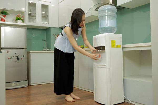 Cây nước nóng lạnh FujiE WD1800C giúp pha sữa, nấu mỳ tiện dụng