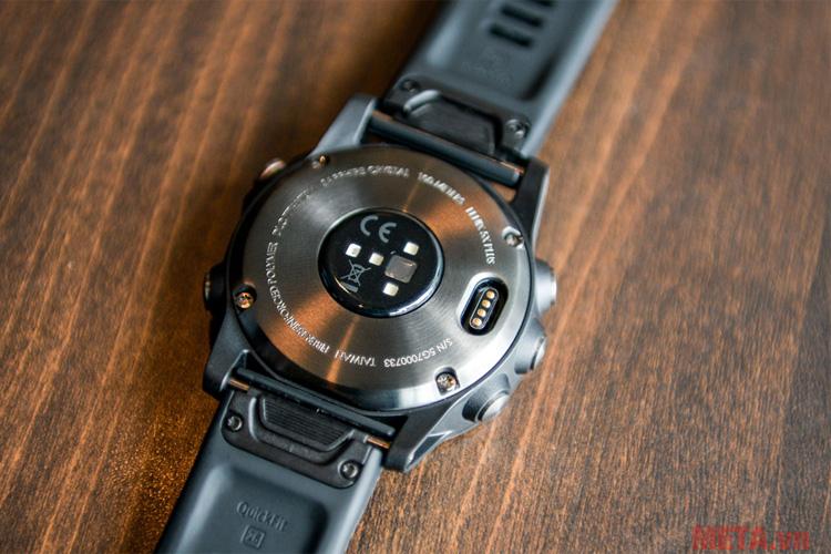 Đồng hồ thông minh hỗ trợ tập luyện Garmin fenix 5X Plus Sapphire có khả năng chống nước chuẩn 10 ATM