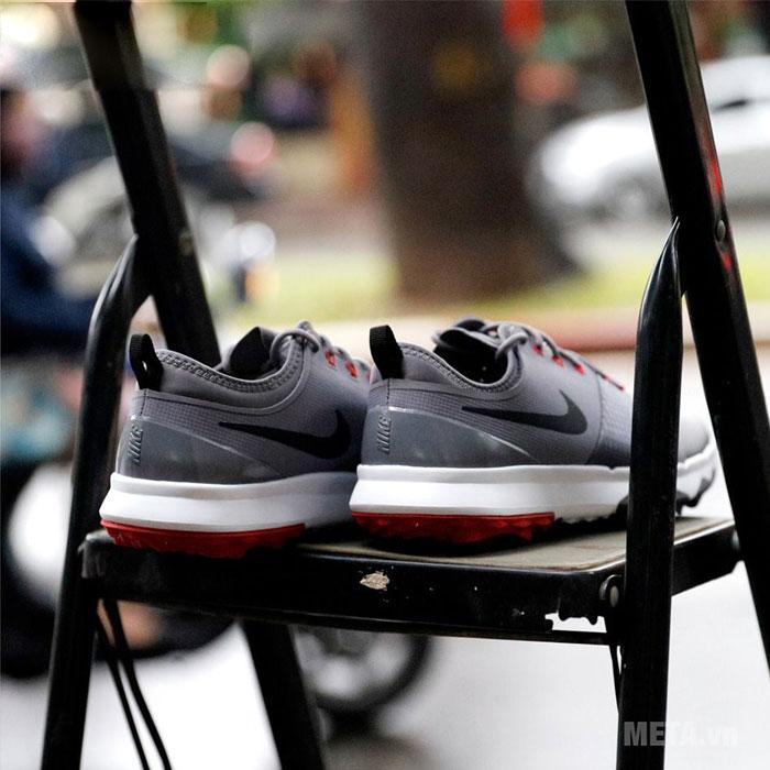 Giày golf có thiết kế đẹp mắt