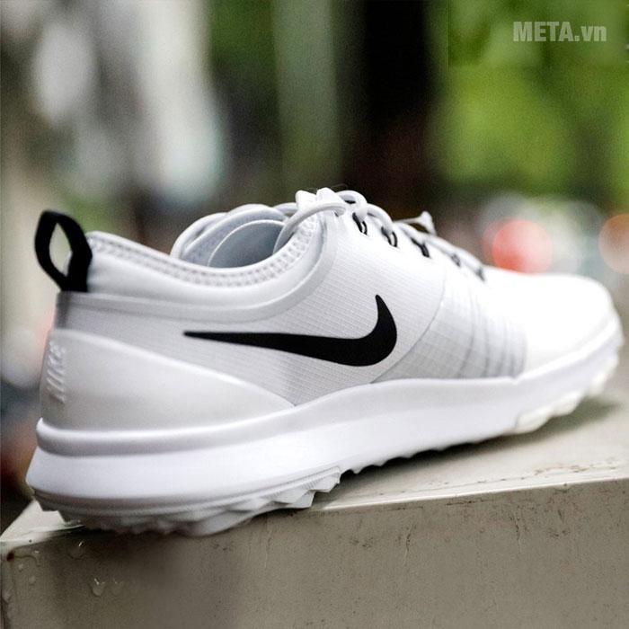 Giày golf với logo Nike phía bên