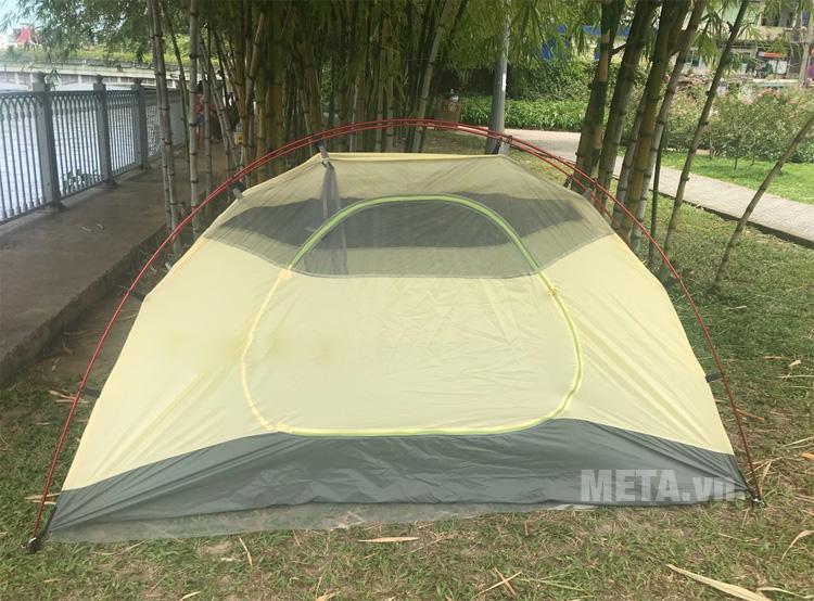 Cửa chính của lều được thiết kế lớn