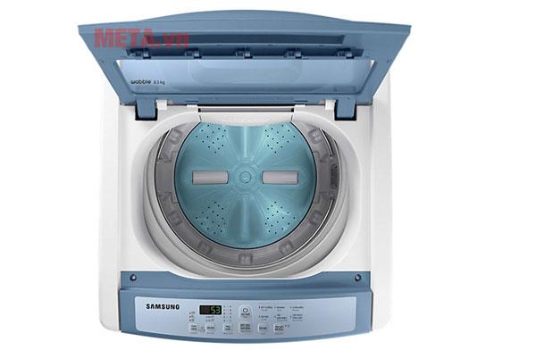 Lồng giặt làm từ thép không gỉ có độ bền cao, giúp bảo vệ sợi vải