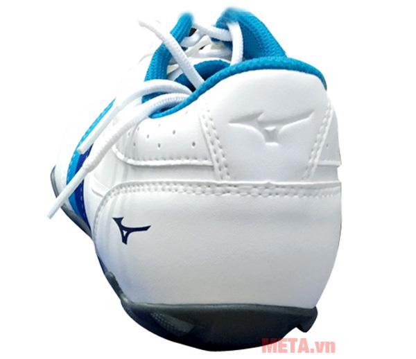 Gót giày ôm sát bàn chân người di chuyển