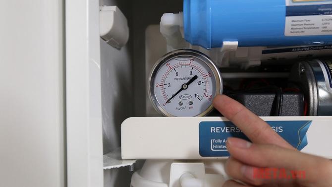 Đồng hồ đo áp suất nước và van điện từ
