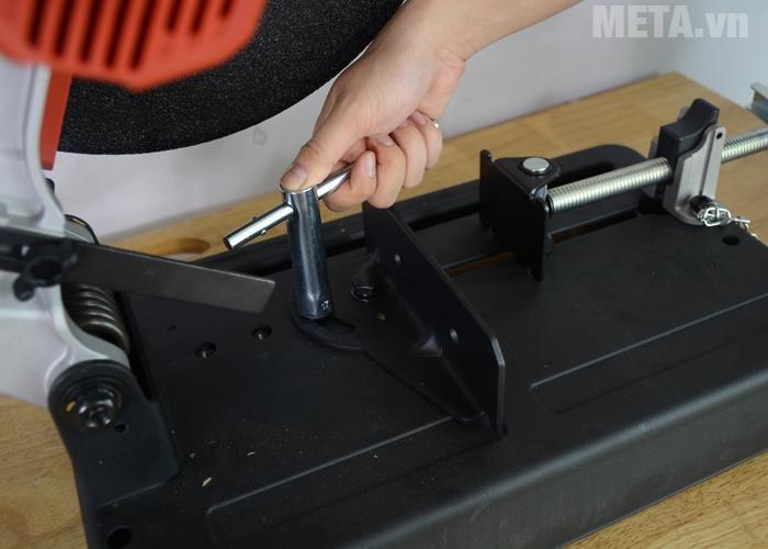 Máy cắt sắt được trang bị dụng cụ đi kèm để điều chỉnh góc cắt