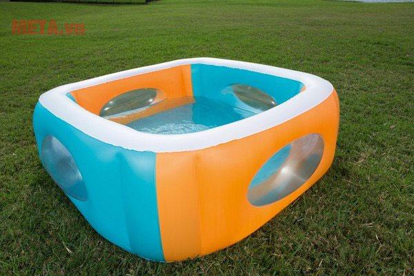Chiếc bể là chỗ vui chơi thú vị dành cho các bé