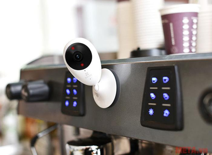 Camera Ezviz có thiết kế nhỏ gọn, thích hợp đặt trong nhà