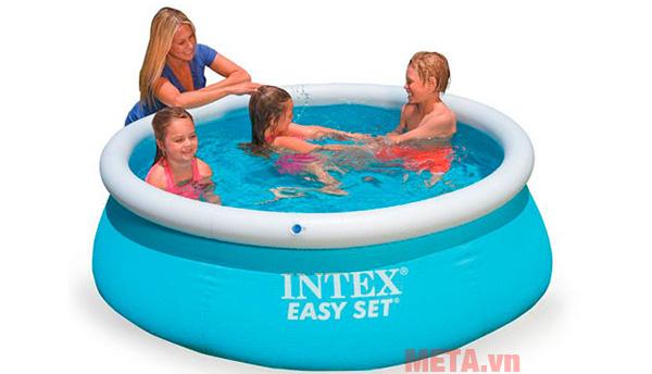 Bể bơi là sự lựa chọn phù hợp cho cả gia đình