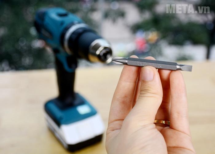 Máy khoan pin Makita HP457DWE được trang bị 1 mũi khoan đi kèm