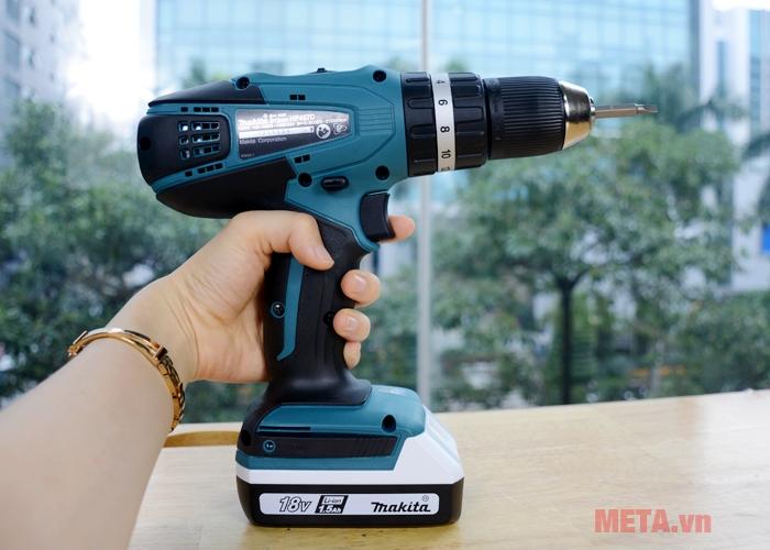 Makita HP457DWE có thiết kế cầm tay tiện dụng