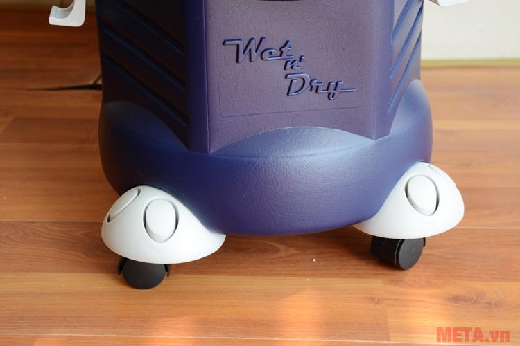 Các bánh xe giúp người dùng di chuyển máy dễ dàng hơn