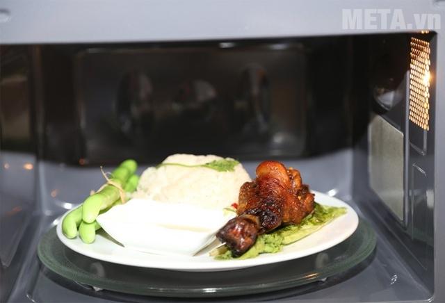 Lò vi sóng Sharp R-G572VN-S giúp nấu nướng nhiều món ăn