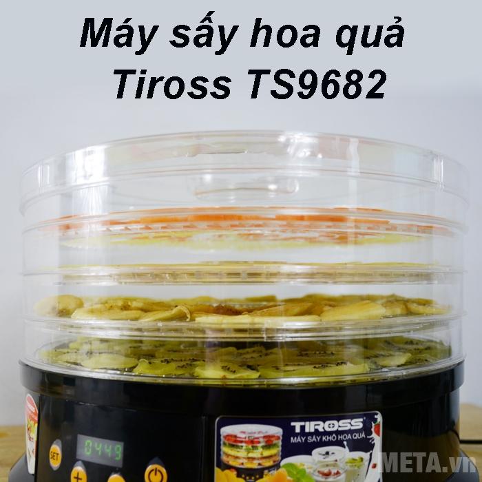 Máy sấy hoa quả Tiross TS9682 có các khay sấy bằng nhựa