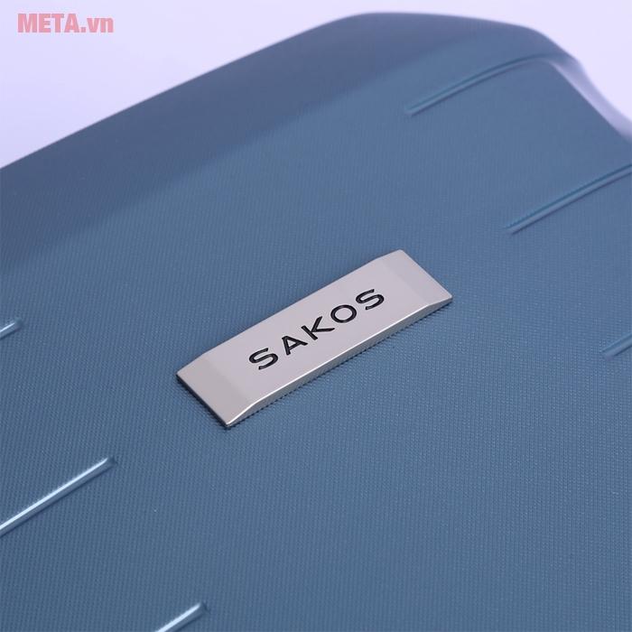 Logo thương hiệu Sakos ngay trên vali