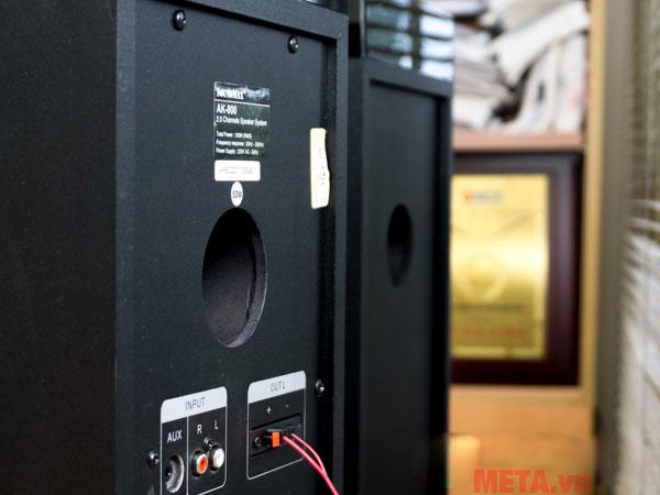 SoundMax chọn cách bố trí ống thông hơi hướng ra sau nhằm tăng thêm độ liền mạch cho mặt trước loa