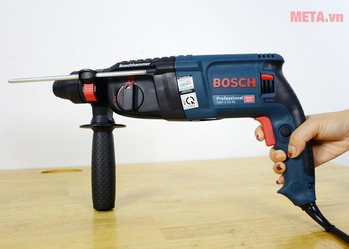 Máy khoan búa Bosch GBH 2-26 RE hoạt động với công suất 800W
