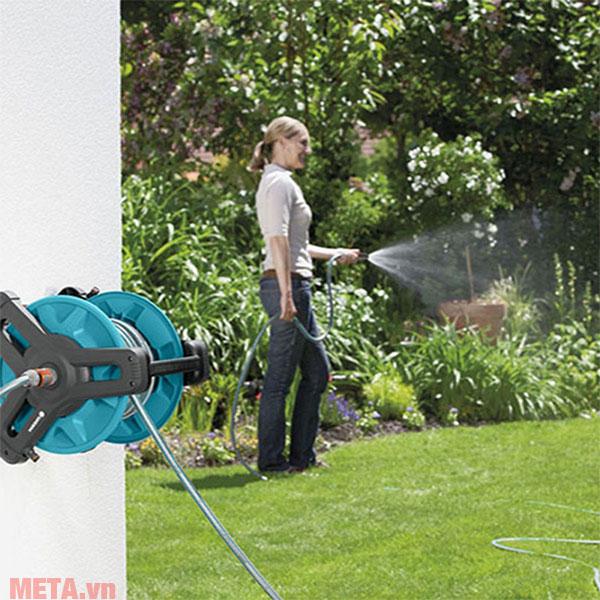 Bộ quấn dây treo tường Gardena 08009-20 là dụng cụ làm vườn rất hữu ích.