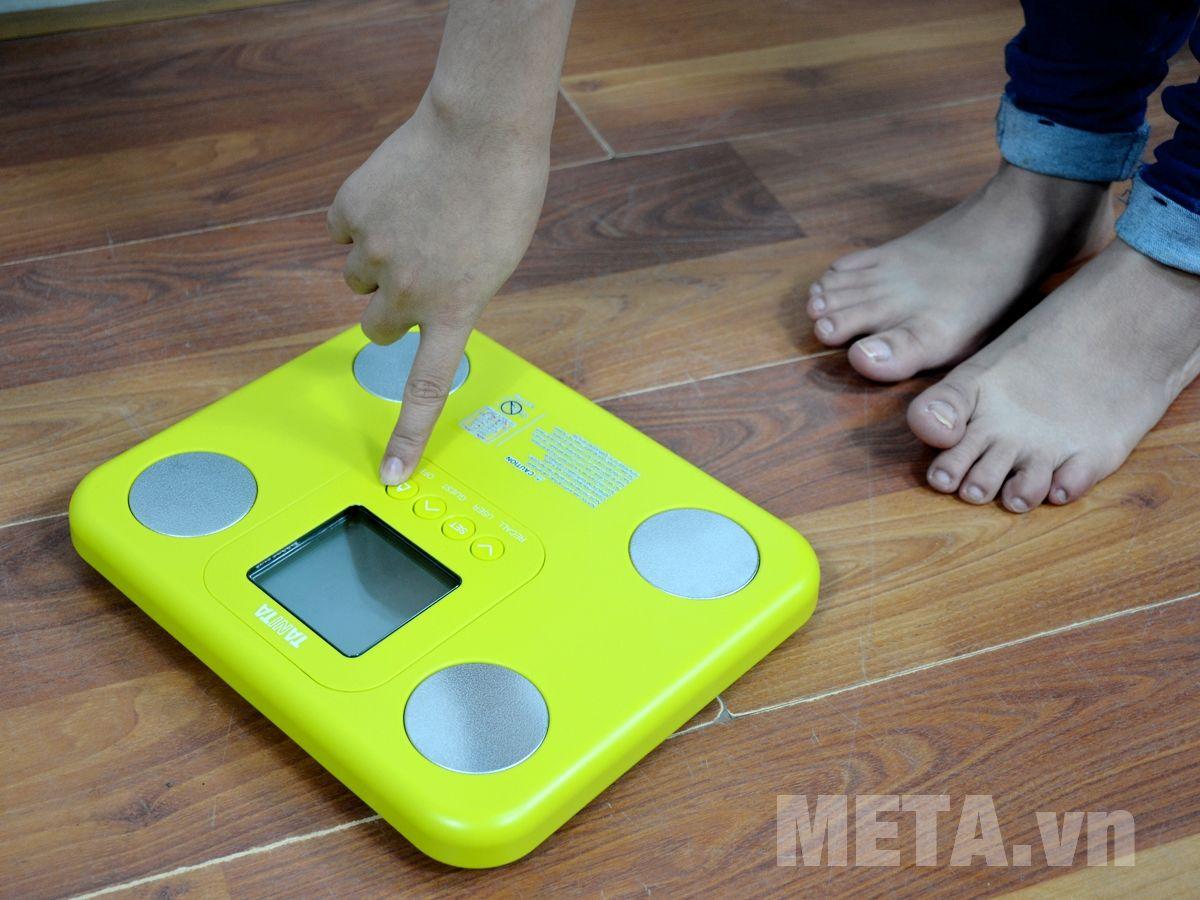 Cân sức khỏe và phân tích cơ thể Tanita BC-730 sử dụng dễ dàng