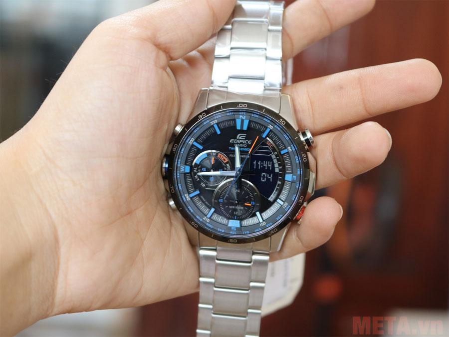 Mặt đồng hồ với nhiều chi tiết hiển thị các tính năng