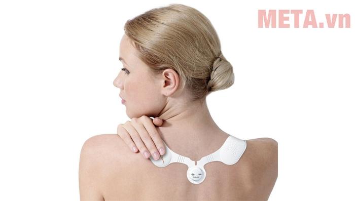 Sử dụng máy massage xung điện trị đau cổ vai gáy Beurer EM20