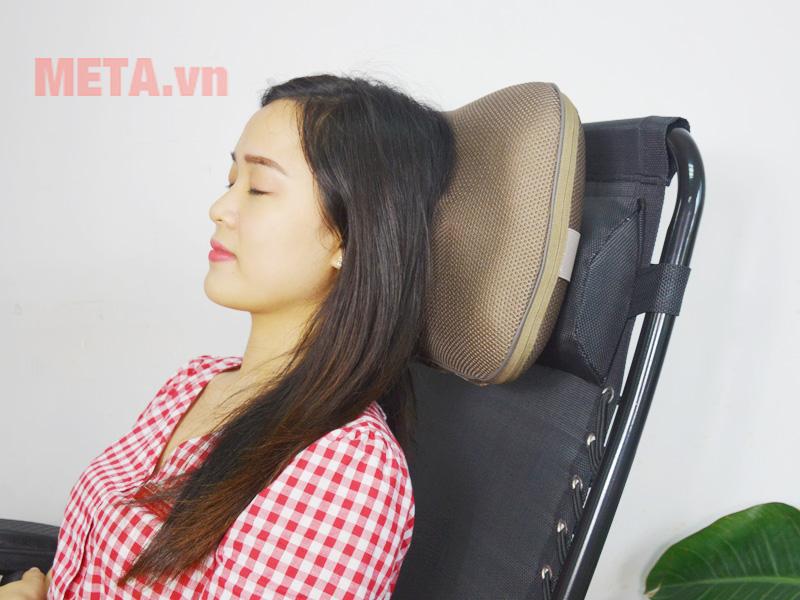 Gối massage Beurer MG147 có điều khiển giúp điều chỉnh tốc độ massage dễ dàng.