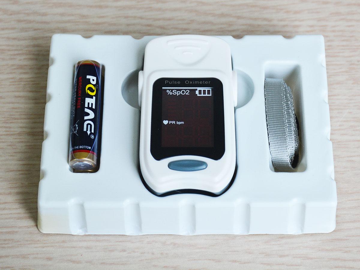Máy đo nhịp tim và spO2 iMediCare iOM A3 với thiết kế màu sắc trang nhã, hiện đại.