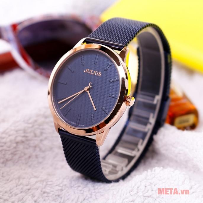 Mặt đồng hồ to được sắp xếp rất thoáng giúp người đeo dễ dàng quan sát giờ giấc