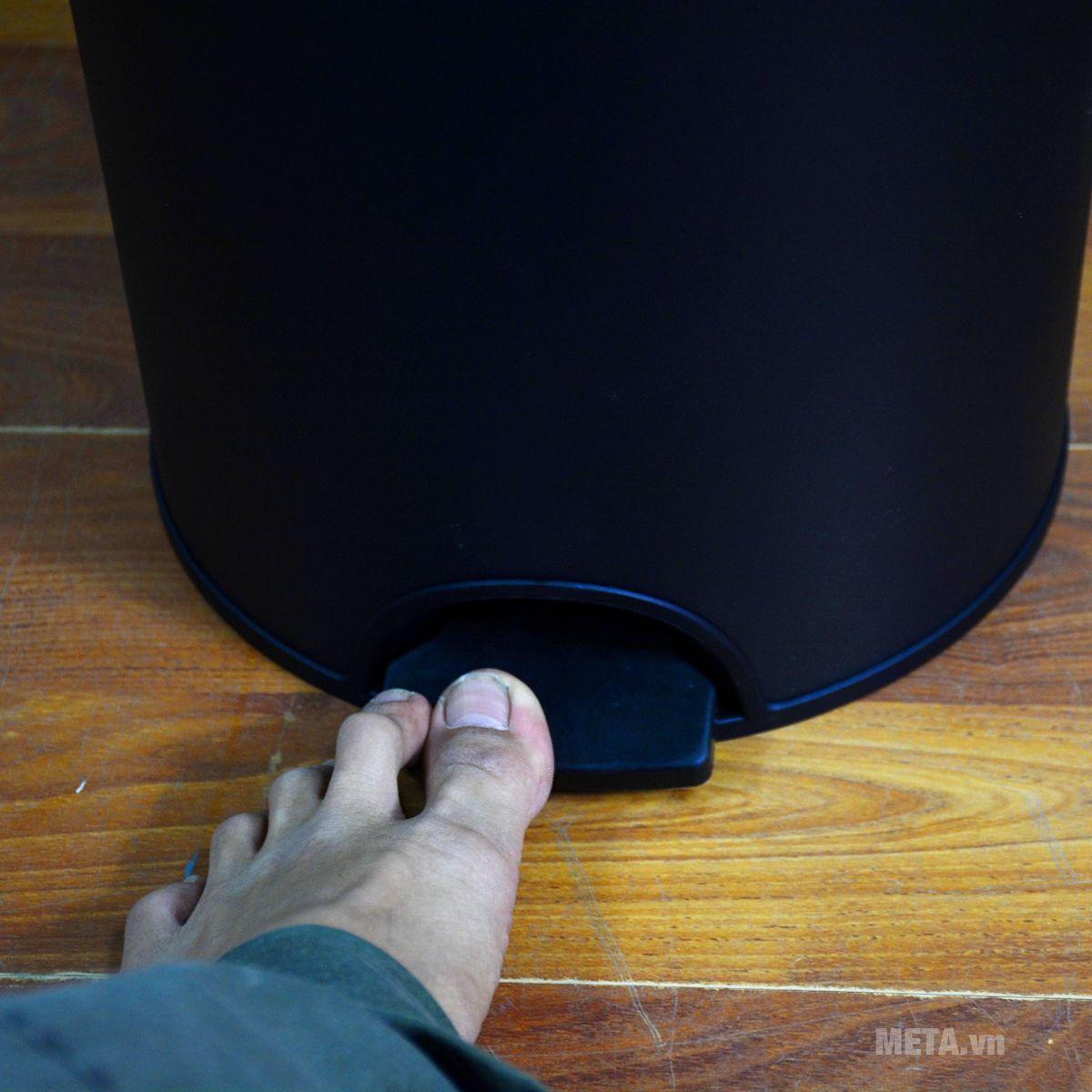 Thùng rác chống khuẩn Fitis RPL1-903 có bàn đạp chân thuận tiện