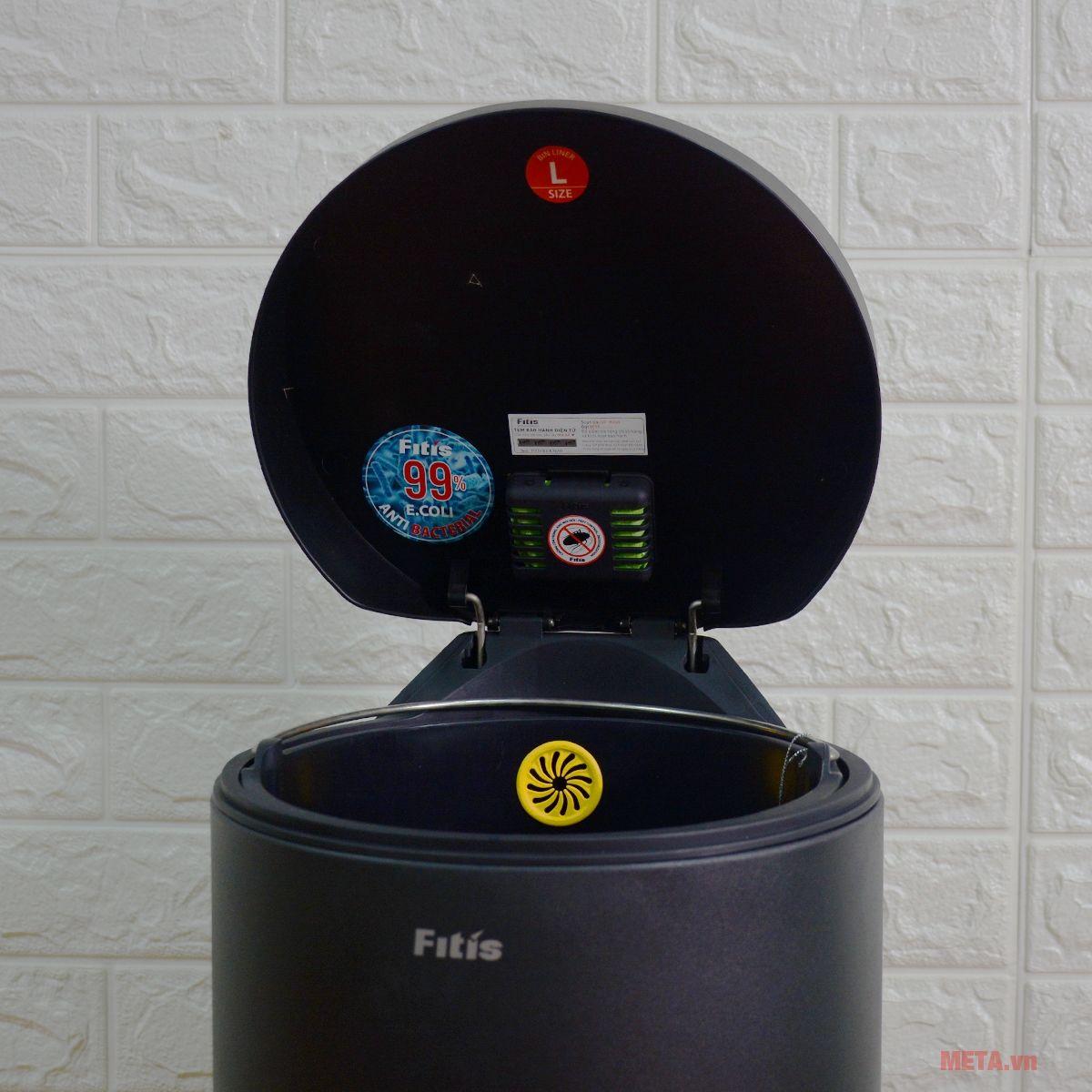 Nút cài túi rác của thùng rác đạp chân Fitis RPL1-903 thuận tiện cho người dùng khi thay túi rác