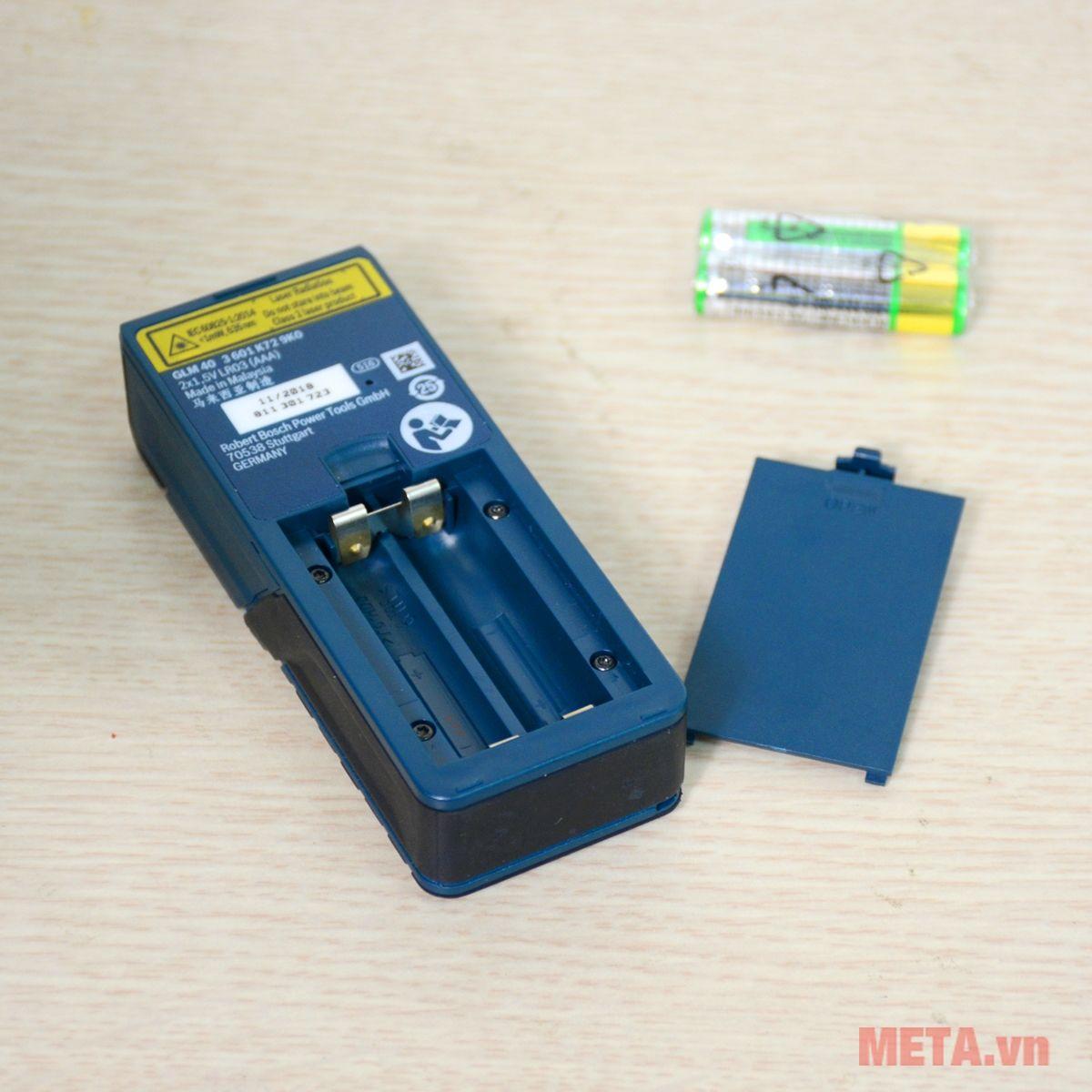 Máy đo khoảng cách laser Bosch GLM 40 sử dụng 2 pin AAA 1.5V
