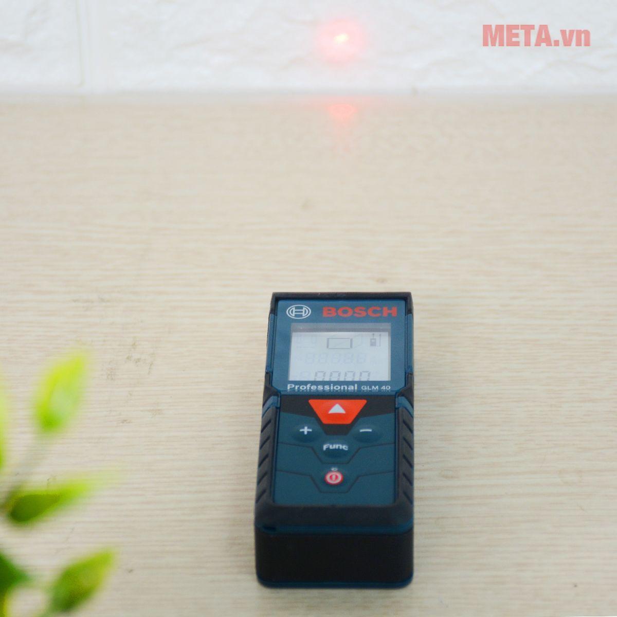 Máy đo khoảng cách laser Bosch GLM 40 thao tác đo dễ dàng