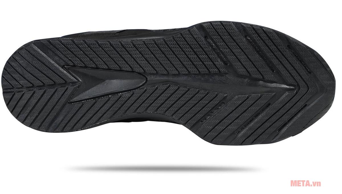Đế giày với các rãnh sâu giúp chuyển hướng dễ dàng