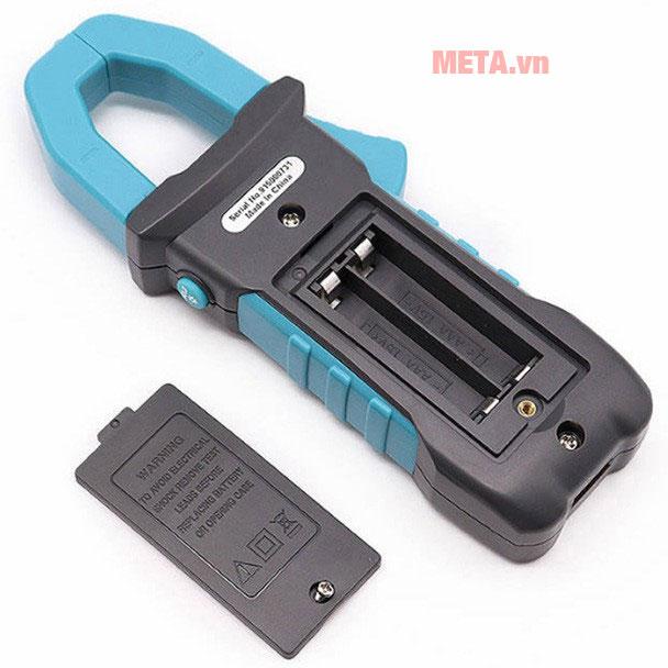 Máy sử dụng 2 pin AAA, bạn có thể tự trang bị và thay thế dễ dàng