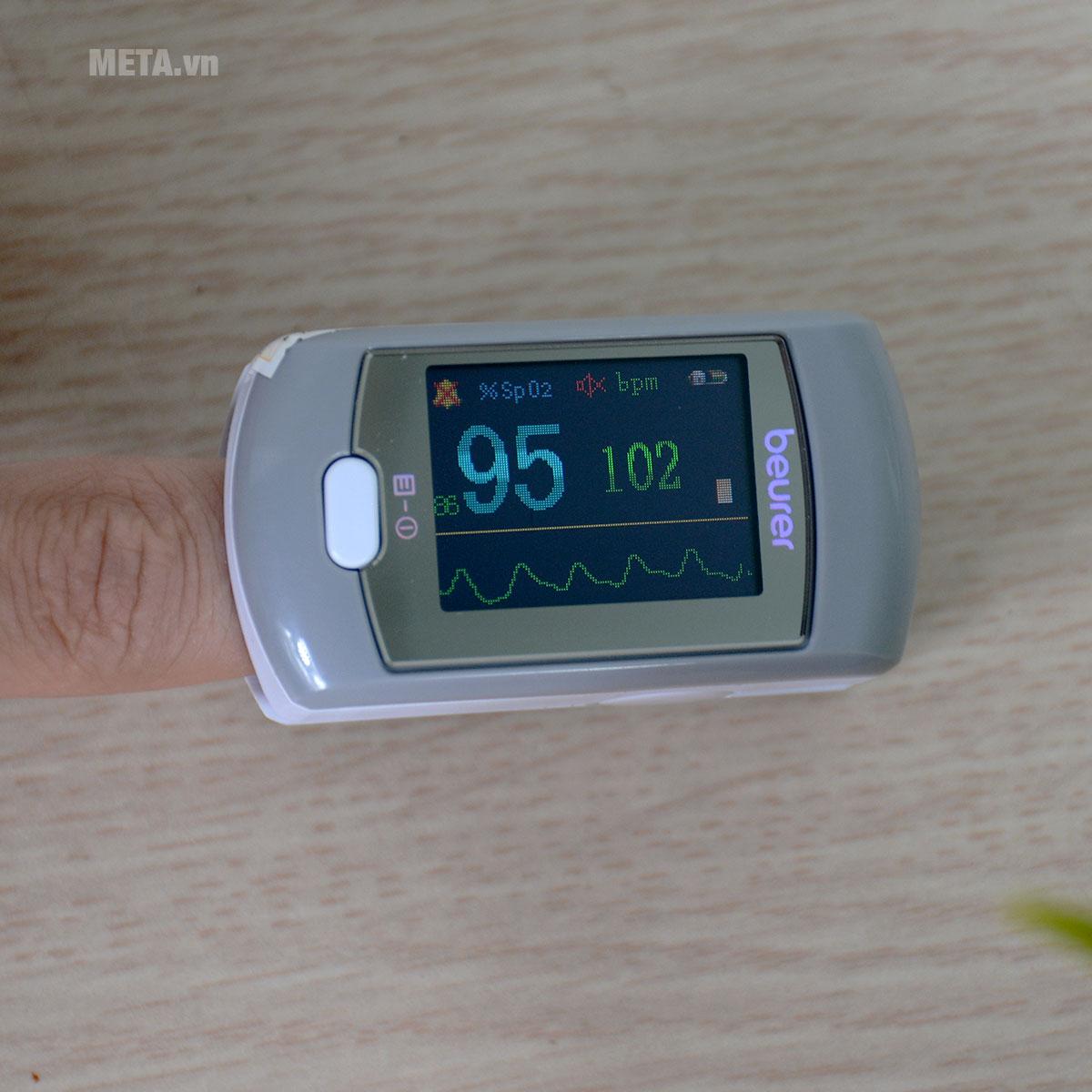 Máy đo nồng độ oxy trong máu SpO2 và nhịp tim Beurer PO80 được thiết kế với màn hình lớn.