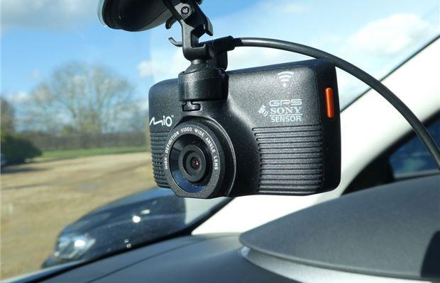 Thiết kế đơn giản lắp đặt ở phía trước kính xe, không gây cản trở khi lưu thông