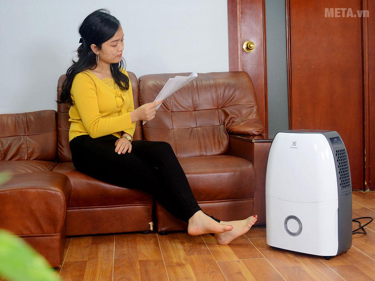 Máy hút ẩm điện tử Electrolux EDH16SDAW hoạt động với công suất hút ẩm 16 lít/ngày